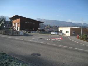 Der Knoten Huebacher beim neuen Kindergarten (rechts hinten). Da an die schwächsten Verkehrsteilnehmer nicht gedacht worden war, musste gleich nach Inbetriebnahme nachgebessert werden.