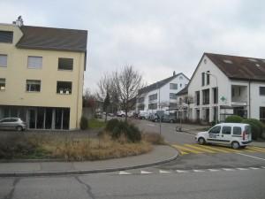 In das gelbe Haus (links) kommt die Post, rechts die Raiffeisenbank.