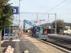 Die SBB bauen den Bahnhof Würenlos für 8,6 Millionen Franken um. Der Perron in Fahrtrichtung Baden mit dem neuen Warte- und Automatenbereich (hinten rechts) ist schon fast fertig, momentan sind die Arbeiten am Perron in Fahrtrichtung Zürich im Gang.