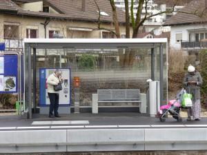 Offener Unterstand im Miniformat (mit Billettautomat).