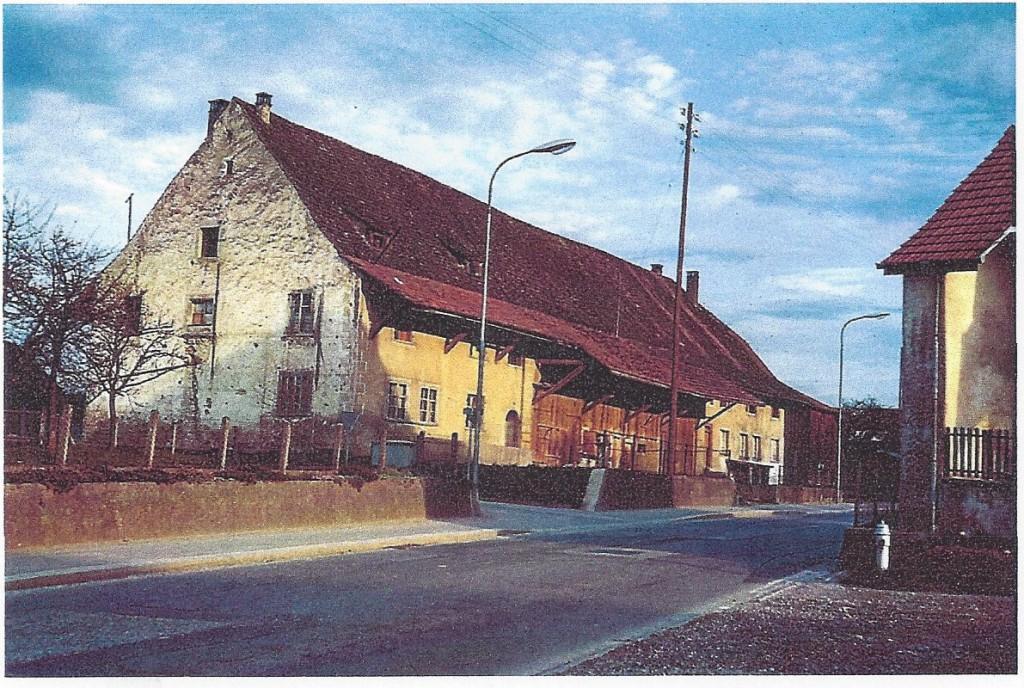 Die Liegenschaft Berger,  ein mächtiges Doppel-Bauernhaus.