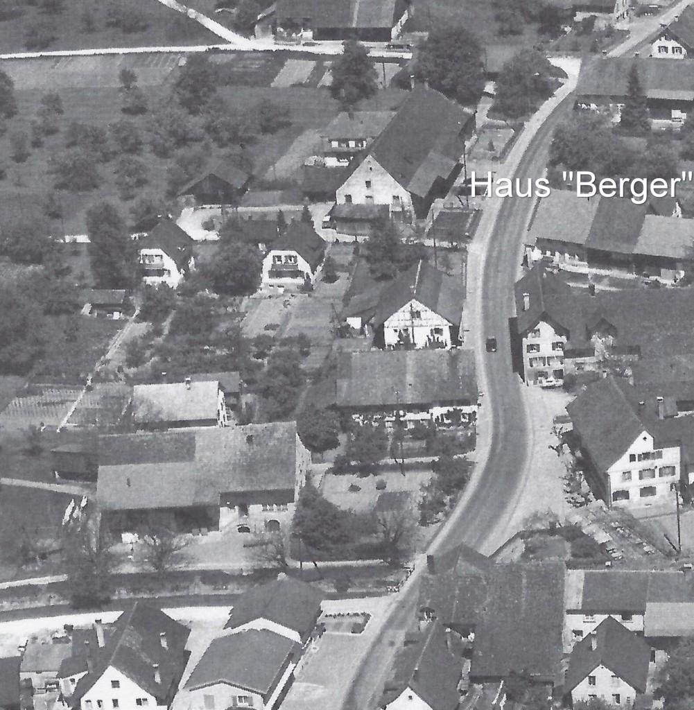 Luftaufnahme des Dorfzentrums (vermutlich ca. 1960) mit der Liegenschaft Berger, oben links der Landstrasse.