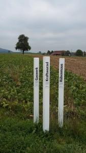 Drei der Lockpfosten mit landwirtschaftlichen Informationen.