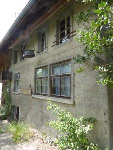 So marode, dass es fast schon pitoresk wirkt: Das seit Jahrzehnten schamlos dem Verfall preisgegebene Bauernhaus am Furtbach, oberhalb der Dorfstrassen-Brücke.