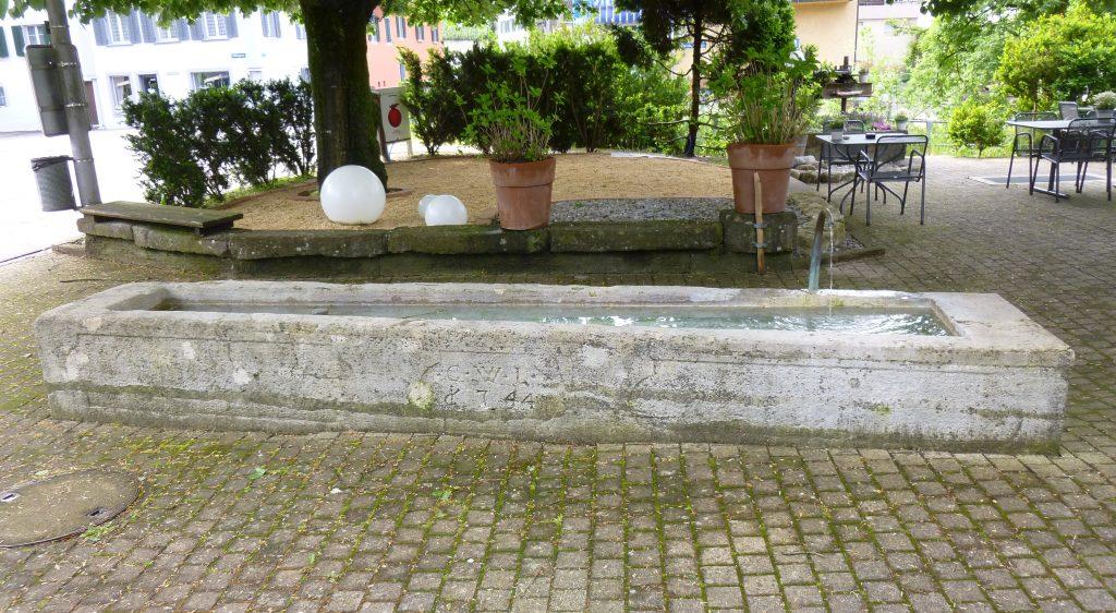 Der Brunnen vor dem Café am Bach.