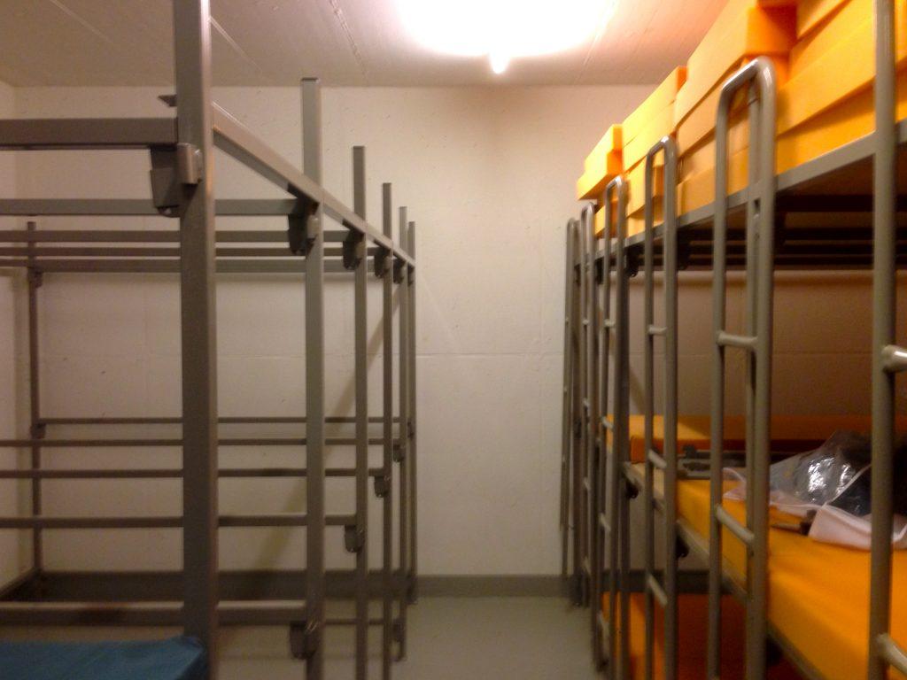 Alles andere als eine Luxusbleibe: Schlafraum in der Zivilschutzanlage Wiemel.