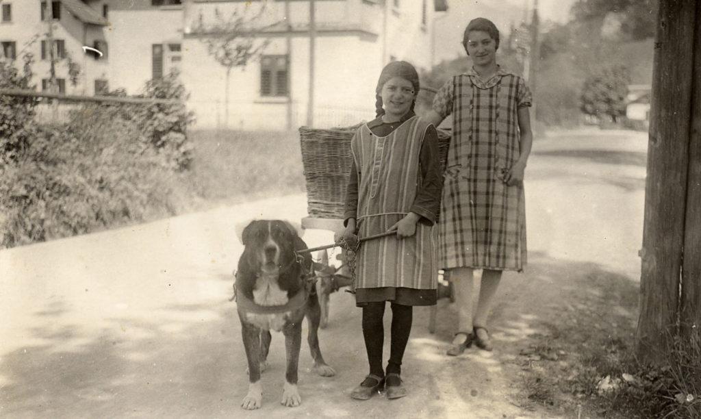 Auch die Würenloser Bäckerei Ernst an der Mühlegasse lieferte ihr Brot mit einem Hundegespann aus (rechts Lina Ernst). Um 1900.